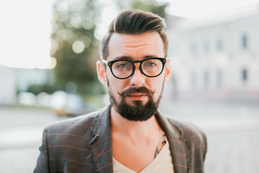 Регулярно расчесывать бороду
