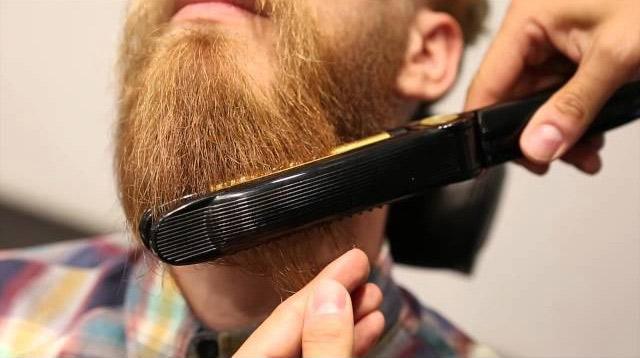 Выпрямление бороды с помощью выпрямителя, утюга или плойки
