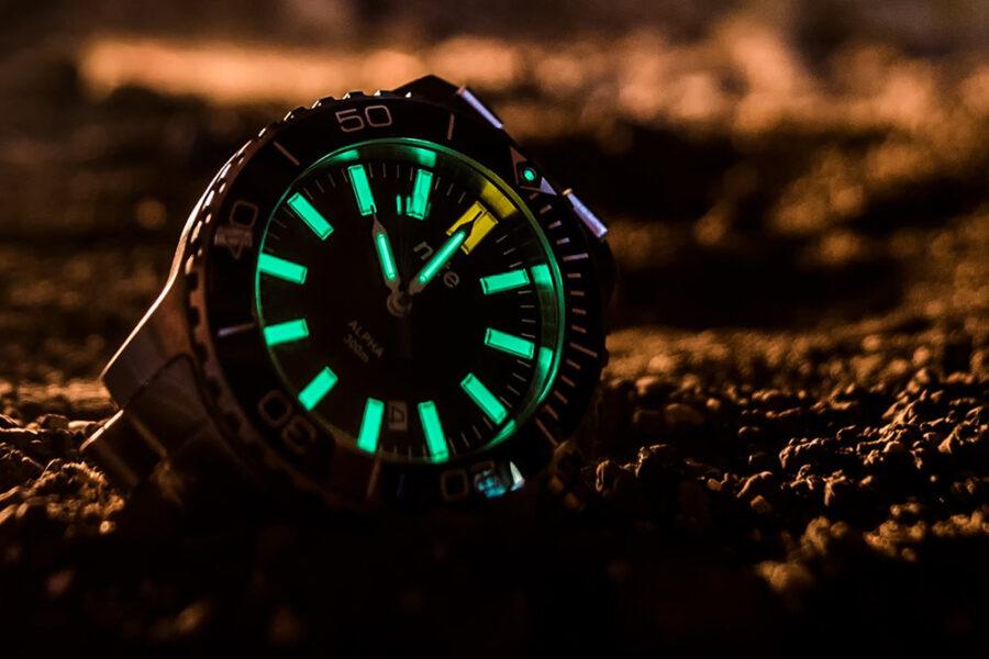 Что заставляет светиться циферблаты наручных часов?